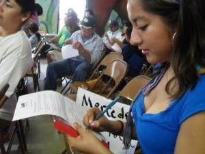 Alma, staff member of the Si Se Puede Learning Center and resident of Mercedes, filling out her commitment card