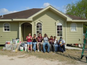 UMiami Students pose after painting la casa de la familia Martinez
